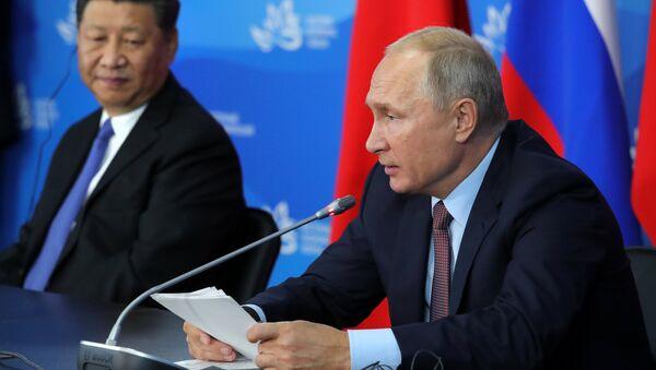 Vladímir Putin, presidente de Rusia, y Xi Jinping, presidente de China, durante el IV Foro Económico Oriental en Vladivostok, Rusia, 11 de septiembre de 2018 - Sputnik Mundo