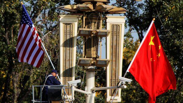 Banderas de EEUU y China (archivo) - Sputnik Mundo