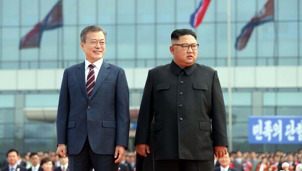 El presidente de Corea del Sur, Moon Jae-in, y el líder de Corea del Norte, Kim Jong-un - Sputnik Mundo
