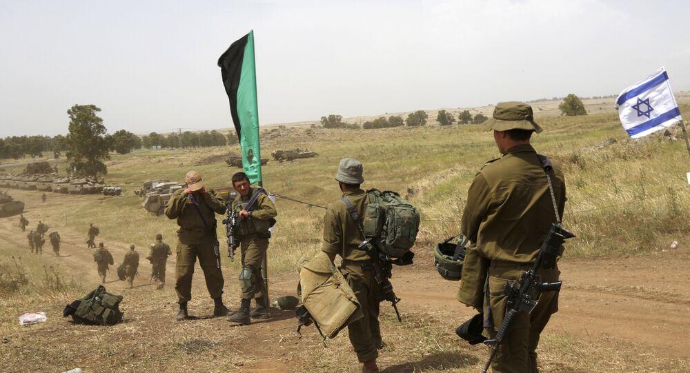 Soldados israelíes caminan durante un ejercicio militar