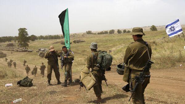 Soldados israelíes caminan durante un ejercicio militar - Sputnik Mundo