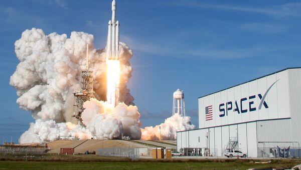 Lanzamiento del cohete Falcon Heavy de SpaceX (archivo) - Sputnik Mundo