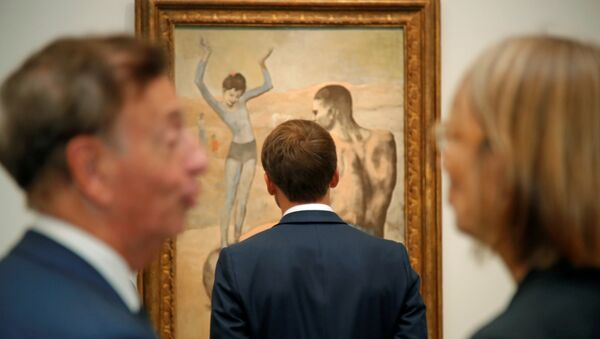 El presidente francés, Emmanuel Mcron, frente al cuadro de Pablo Picasso - Sputnik Mundo