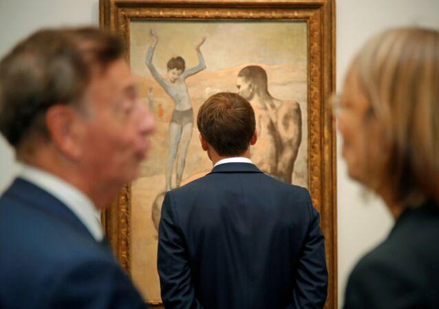 El presidente francés, Emmanuel Mcron, frente al cuadro de Pablo Picasso