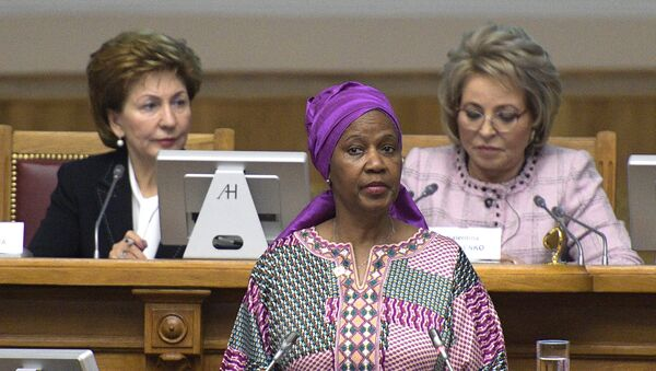 La directora ejecutiva de ONU Mujeres, Phumzile Mlambo-Ngcuka, y la jefa del Senado ruso, Valentina Metvienko (dcha) - Sputnik Mundo