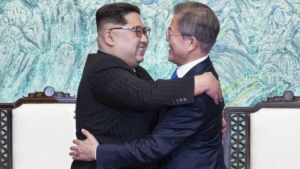 Líder de Corea del Norte, Kim Jong-un, y presidente de Corea del Sur, Moon Jae-in - Sputnik Mundo