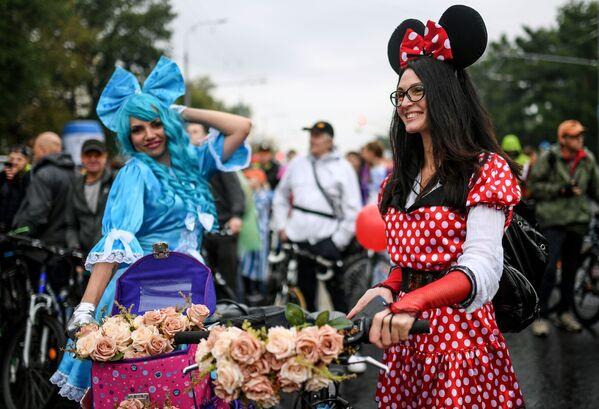 Las participantes en el desfile otoñal de bicicletas en Moscú. - Sputnik Mundo