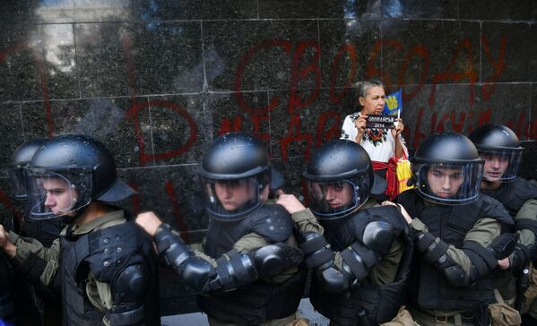 Agentes de policía al lado del edificio de la Fiscalía General de Ucrania. - Sputnik Mundo