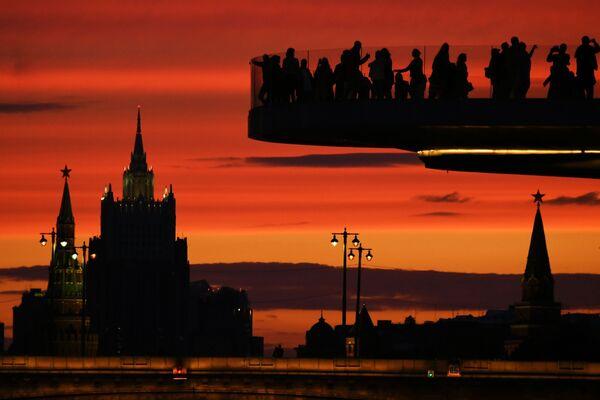 Los visitantes sobre el Puente Flotante en el parque Zariadie. - Sputnik Mundo