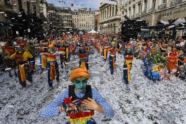 Un desfile para celebrar la Biennale de la danza en Lyon (Francia). - Sputnik Mundo