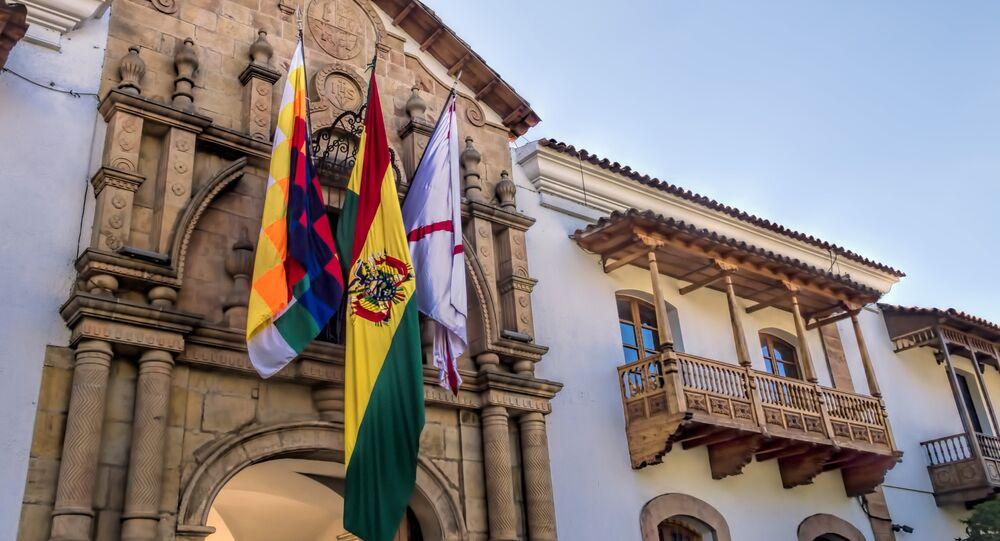 Banderas a la entrada de la Casa de la Libertad, en Bolivia