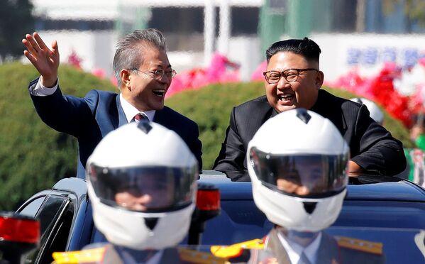El presidente de Corea del Sur, Moon Jae-in, y el líder supremo de Corea del Norte, Kim Jong-un, durante un desfile en Pyongyang. - Sputnik Mundo