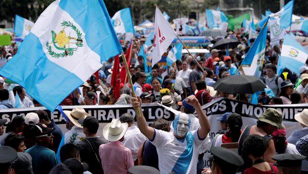 Un manifestante con la bandera de Guatemala - Sputnik Mundo