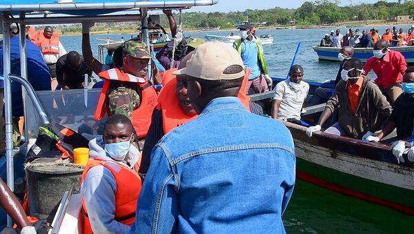 Operación de rescate en el lago Victoria en Tarzania tras el naufragio - Sputnik Mundo