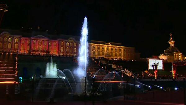 Un fascinante espectáculo marca el cierre estacional de las fuentes de Peterhof - Sputnik Mundo