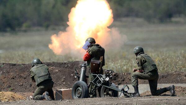 Militares rusos disparan un mortero (archivo) - Sputnik Mundo