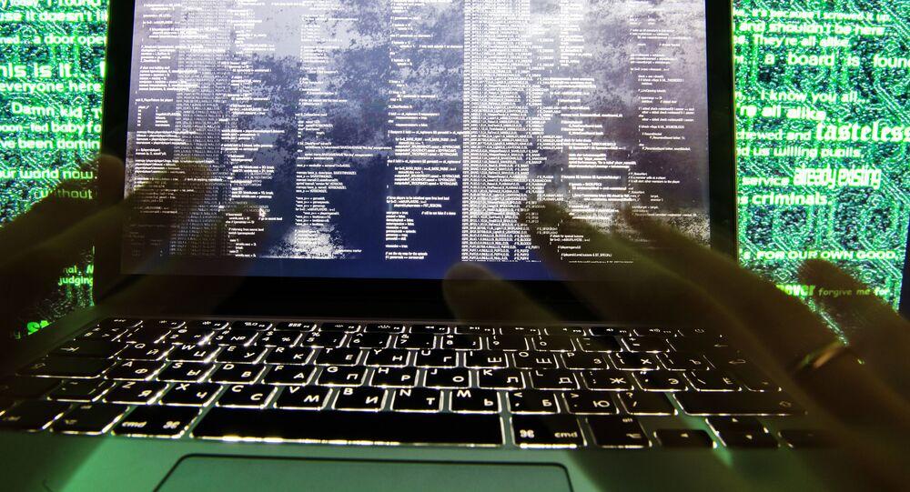 Un hombre escribe un código de programación, imágen referencial