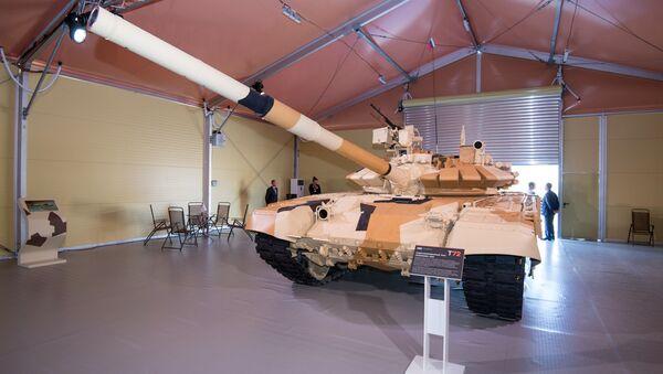 Un tanque T-72 ruso en la exposición ADEX (archivo) - Sputnik Mundo