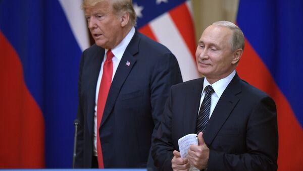 El encuentro de Vladímir Putin, presidente de Rusia, y Donald Trump, presidente de EEUU, en Helsinki (archivo) - Sputnik Mundo