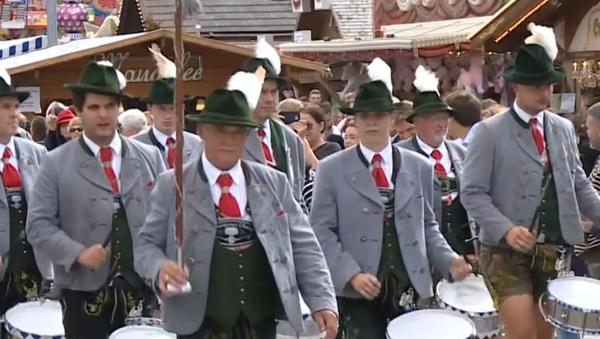 El tradicional desfile de Oktoberfest llena las calles de Múnich de música y color - Sputnik Mundo