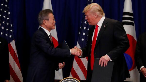 Presidente de Corea del Sur, Moon Jae-in, y presidente de EEUU, Donald Trump - Sputnik Mundo