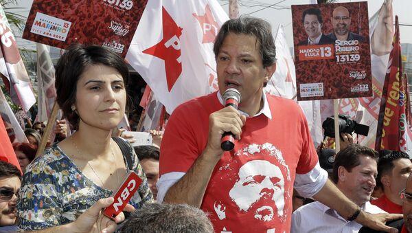 Manuela D´Ávila, aspirante a vicepresidenta del Gobierno de Brasil, y Fernando Haddad, candidato presidencial del Partido de los Trabajadores - Sputnik Mundo