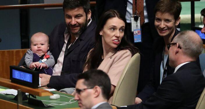 La primera ministra de Nueva Zelanda, Jacinda Ardern, con su bebé