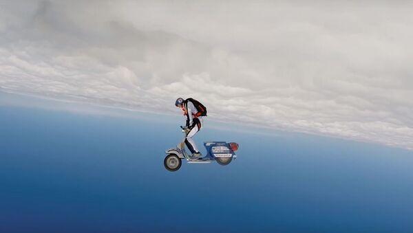 Salto en paracaídas sobre una Vespa - Sputnik Mundo