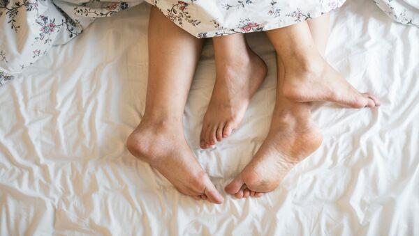 Los pies de unos amantes (imagen referencial) - Sputnik Mundo