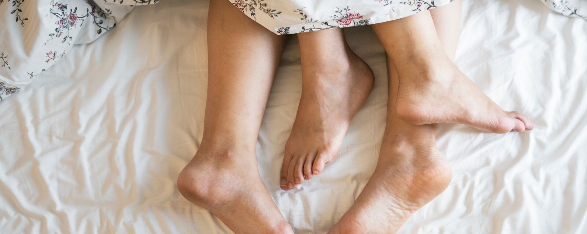 Los pies de unos amantes (imagen referencial) - Sputnik Mundo, 1920, 07.08.2020