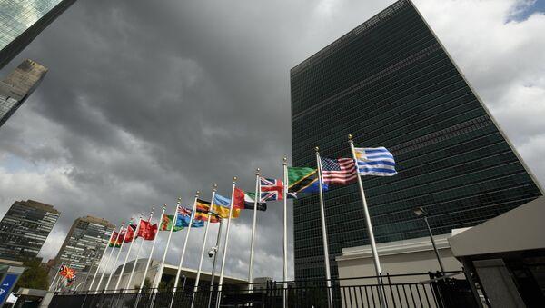 Banderas de los Estados Miembros de las Naciones Unidas frente de la sede de la ONU - Sputnik Mundo