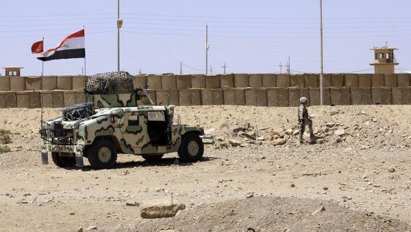Un soldado iraquí guarda la ciudad de El Kaim cerca de la frontera con Siria - Sputnik Mundo