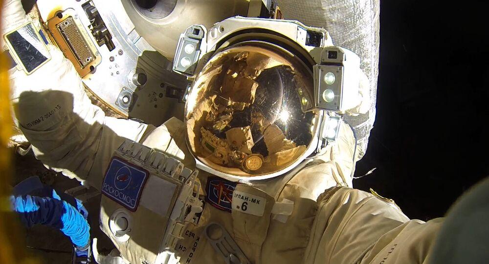 Un cosmonauta ruso en el espacio abierto (imagen referencial)