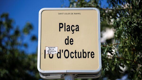 Una placa con el nombre de plaza, dedicado al 1 de Octubre - Sputnik Mundo