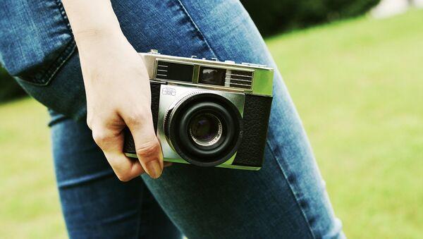 Una mujer con una cámara - Sputnik Mundo