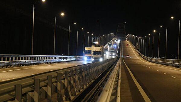 El puente de Crimea, por primera vez con camiones - Sputnik Mundo