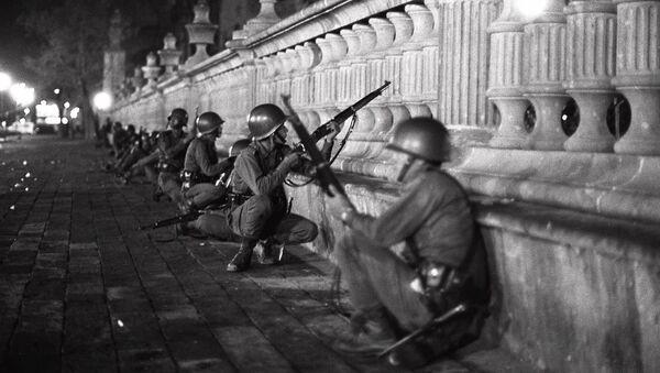 Soldados del Ejército mexicano en la región de la plaza de las Tres Culturas la noche del 2 de octubre de 1968 - Sputnik Mundo