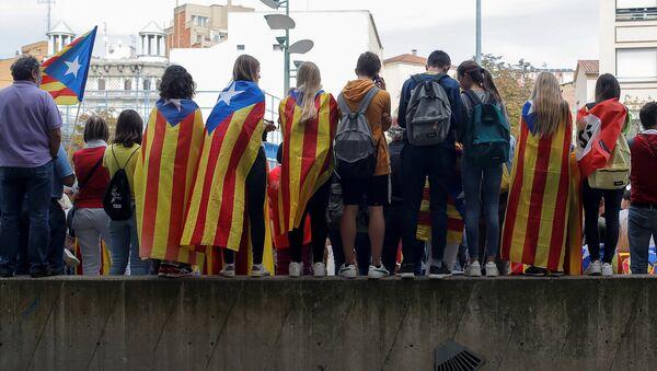 Las personas usan la bandera independista de Cataluña en una protesta (archivo) - Sputnik Mundo