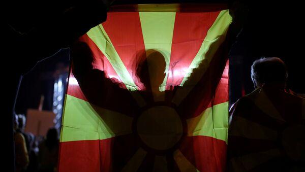 Un manifestante con la bandera de Macedonia - Sputnik Mundo