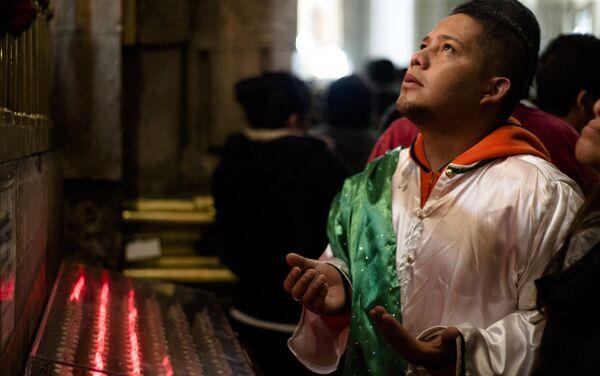 Hombre vestido de San Judas Tadeo reza durante la celebración del santo, en el día 28 de cada mes - Sputnik Mundo