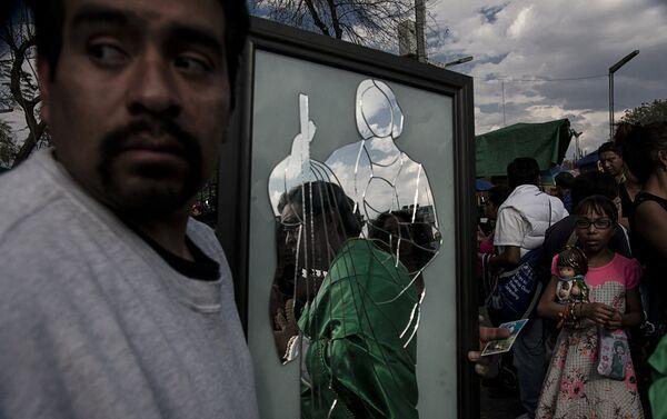 Hombre carga un espejo fabricado en prisión como pago a San Judas Tadeo por el milagro de la haber tenido justicia en México - Sputnik Mundo