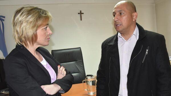El suboficial Rubén Darío Espínola y la abogada Sonia Kreischer (entrevistada) en el juzgado de Caleta Olivia (Santa Cruz) - Sputnik Mundo