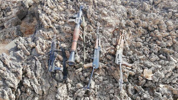 Armas abandonadas por los terroristas en el desierto de Suwaida - Sputnik Mundo