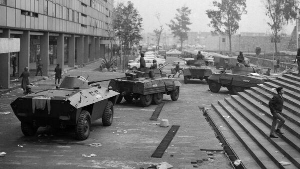 Vehículos blindados en la Plaza Tlatelolco, Ciudad de México, el 3 de octubre de 1968 - Sputnik Mundo