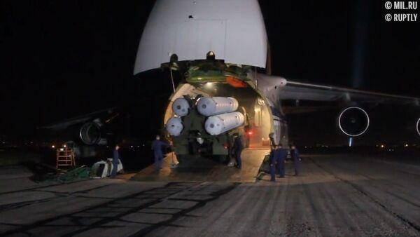 El Ministerio de Defensa de Rusia muestra la descarga de los S-300 entregados a Siria - Sputnik Mundo