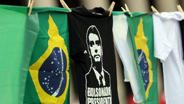 Las banderas de Brasil y camisetas con la imagen del candidato presidencial, Jair Bolsonaro - Sputnik Mundo