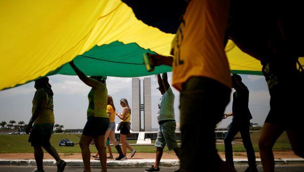 Partidarios del candidato Jair Bolsonaro con la bandera de Brasil - Sputnik Mundo
