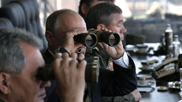 El presidente de Rusia, Vladímir Putin, junto al ministro de Defensa ruso, Serguéi Shoigú, en unas maniobras militares (archivo) - Sputnik Mundo