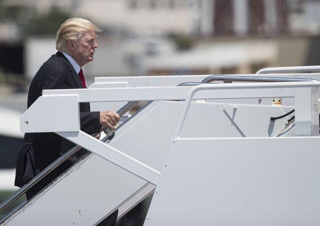 Donald Trump sube a bordo del avión presidencial