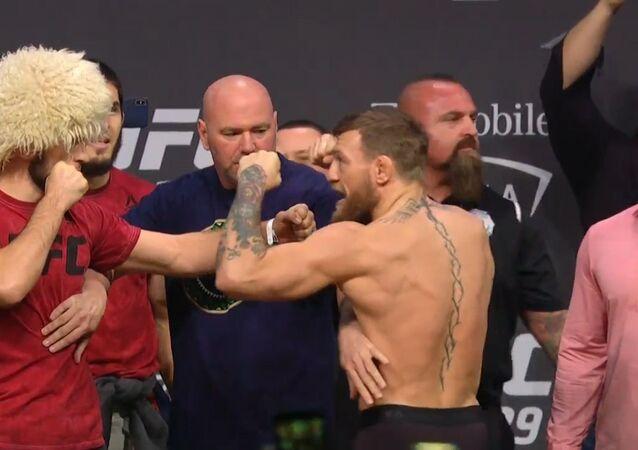 McGregor intenta golpear a su rival ruso durante la ceremonia de pesaje